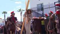 Familias formaron parte de la tradición y caminaron por la calles durante el viacrucis en Barrio Logan. Reportaje de Anlleyn Venegas.
