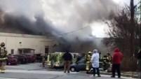 Una aparente explosión sacudió una instalación de fabricación de cosméticos en el condado de Orange el lunes por la mañana, arrojando gruesas columnas de tóxico...