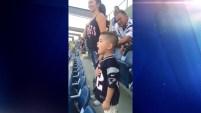A muchos de quienes comentaron el video les pareció conmovedor y felicitaron a los padres por el orgullo con que el niño entonó el himno, un...