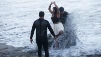 Yalitza Aparicio se mete al agua a pesar de la advertencia de contaminación.