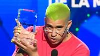 El trapero boricua ganó el premio al artista del año en redes sociales. Mira el video del momento.