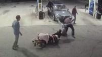 Cuatro jóvenes que cargaban gasolina le respondieron al hombre armado con golpes.