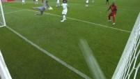 Dries Mertens le pega con el empeine desde el área grande y clava la pelota en el segundo palo del arco rival.