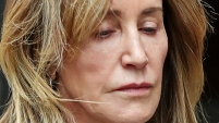 Felicity Huffman fue condenada a dos semanas tras las rejas por el pago de sobornos a beneficio de una hija para que ingrese a una universidad.
