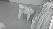 El hombre, que llevaba un cuchillo en la boca, fue grabado desde varios ángulos hasta que su presencia fue detectada, tras lo cual huyó.