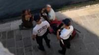 Estos turistas alemanes querían degustar de un café en un famoso puente en Venecia, pero terminaron recibiendo visita de la policía.