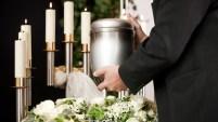 El hombre se casó con las cenizas de su prometida y pidió que la urna estuviera vestida de novia
