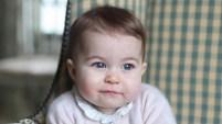 La duquesa de Cambridge difundió fotos de su hija Charlotte en coincidencia con sus primeros seis meses de vida.