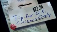 Un hombre escribió en el recibo que solo dejaba propinas a ciudadanos estadounidenses, por lo que no le dio ni un centavo.