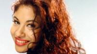 """Una joven con gran parecido a la Reina del Tex-Mex usa la música del éxito """"Baila esta cumbia"""", de Selena, para motivar a los latinos a votar."""