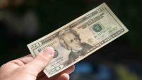 Las autoridades aseguran que los billetes falsificados más comunes son los de $20. Detalles en el video.