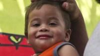 Un bebé que se volvió emblemático de la política del gobierno de Estados Unidos de separar a los inmigrantes de sus hijos se reunió por el fin el viernes con sus...