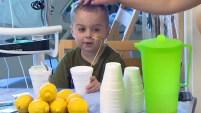 Un niño enfrenta una situación desesperada. Él ha estado viviendo en el hospital durante semanas mientras espera a un donante. Pero él está demostrando que la...