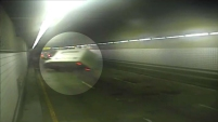 Video de vigilancia desde el túnel O'Neil en Boston muestra una volcadura de un camión el viernes por la mañana, ocasionando retrasos...