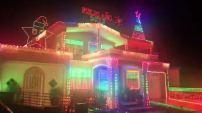MIAMI - Un reportero de Telemundo 51 se sorprendió cuando vio una impresionante decoración de luces navideñas al ritmo de la canc...
