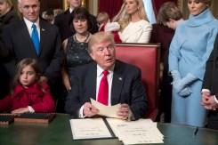 Trump firma sus primeras leyes y rompe el protocolo