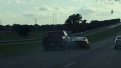 Camioneta golpea auto y lo saca de carretera