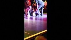 Cantante se cae en el escenario