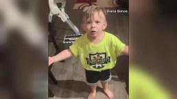 ¡Indignado! Niño le cuenta a papá que mamá lo dejó en casa sin darle un beso
