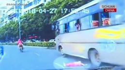 Niña cae por ventana de autobús