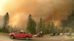 Pavoroso incendio forestal arrasa zonas de Canadá
