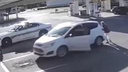 Salvada por un policía: casi termina atropellada por su propio auto