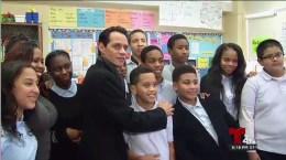 Marc Anthony visita escuela en Brooklyn