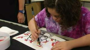 Adolescente peruana-americana se destaca en museo de Virginia