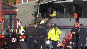 Autobús con estudiantes se estrella contra negocio de vidrios