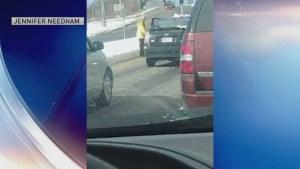 En Video: Hombre empuja a mujer al piso en altercado de tránsito