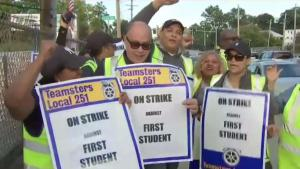 Regresan los choferes de autobuses escolares tras huelga