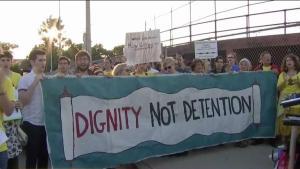 Expulsan a manifestantes de Centro de Detención en R.I.
