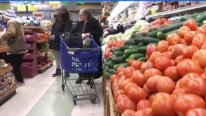Familias reciben ayuda de banco de alimentos