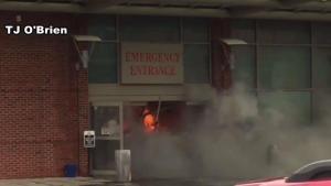 Hombre estrelló auto en hospital a propósito