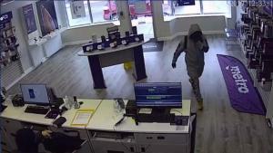 Hombres armados roban teléfonos y efectivo de tienda Metro PCS
