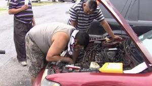 Jornaleros salen al rescate de mujer varada en su auto