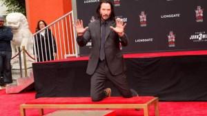 Keanu Reeves plasma huellas y firma en Hollywood