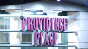 Policía arresta 10 jóvenes tras peleas en Providence Place