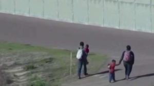 Migrante escala el muro con su esposa embarazada