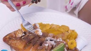 Pescado frito con sazón dominicano