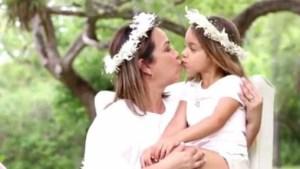 """El tierno beso """"de piquito"""" que se dieron Adamari y Alaïa por el Día de las Madres"""