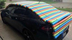 Comunidad protege sus carros ante posible granizo en el norte de Texas