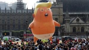 Británicos reciben a Trump con protestas y bebé gigante