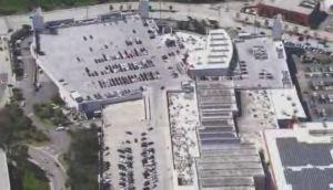 Conductor escapa persecución dentro de un centro comercial