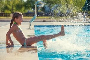 Anuncian clases de nado gratis para niños