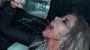 """Gloria Trevi: sexy criatura de la noche en """"Que me duela"""""""