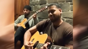 Romeo presume dotes de guitarrista respondiendo a reto