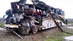 Autobuses chocan de frente y dejan al menos 22 muertos