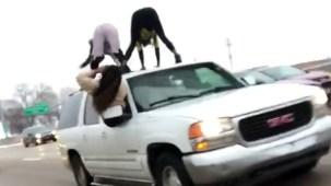 Meneo peligroso: sacuden el trasero en plena carretera