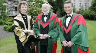 En la foto el profesor William C. Campbell (c) posa junto con la rectora de la Universidad, Mary Robinson (i) y